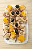 位与奶酪和橄榄 — 图库照片