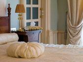 кровать в спальне — Стоковое фото