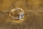 Gouden ring met een grote robijn — Stockfoto