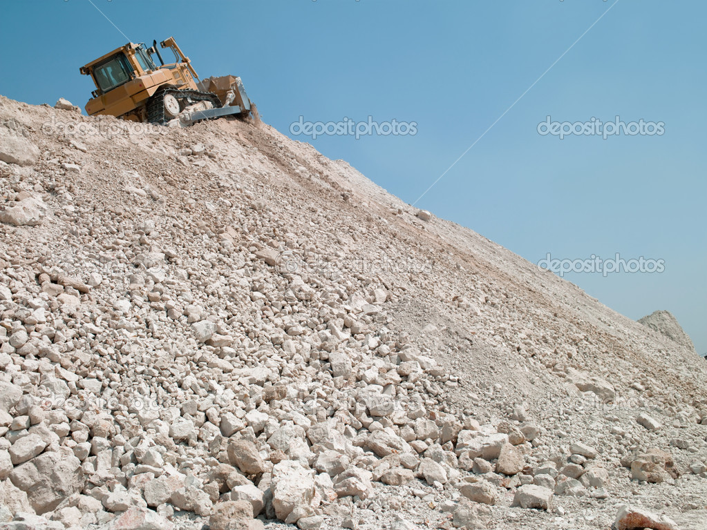 Mining machine travels along the embankment of gravel — Stock Photo #5367605