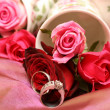 Bouquet of roses with wedding rings — Stock Photo