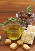 两个 jars 的黑橄榄及橄榄油 — 图库照片