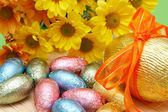 Färgglada inslaget choklad påskägg — Stockfoto