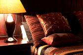 Kleurrijke kussens op het bed — Stockfoto