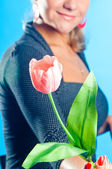 The girl gives a pink flower — Stock Photo