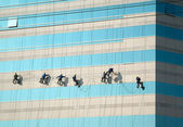 Cleaners on the skyscraper — Stock Photo