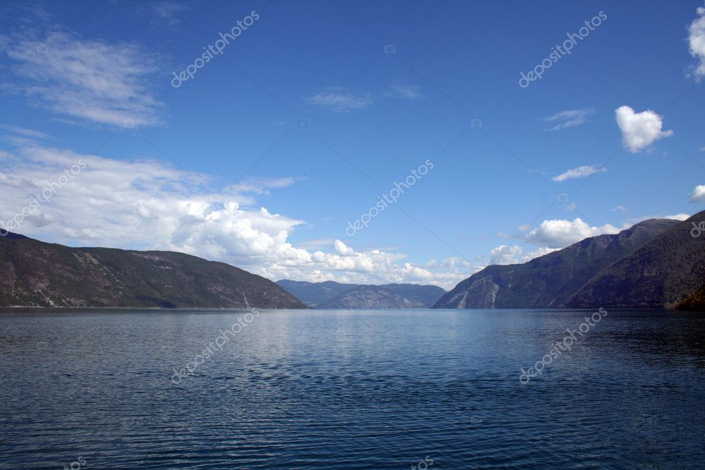 Beautiful norwegian fjords with a clear blue sky — Stock Photo #5153905