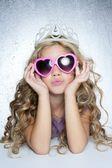 Mode offer lilla prinsessa flicka stående — Stockfoto