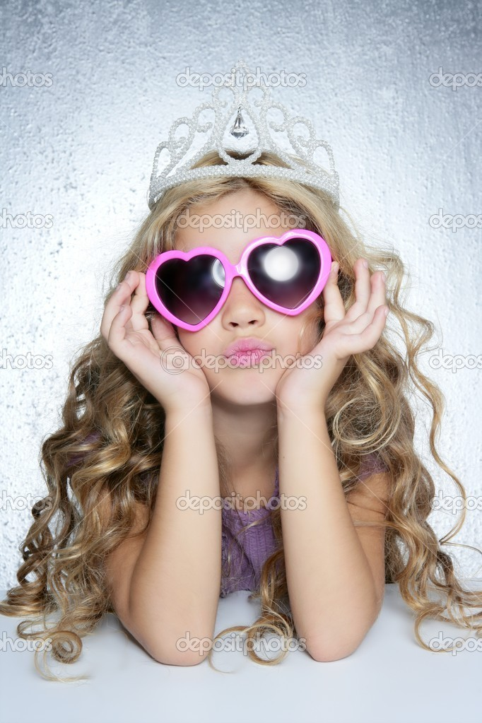 Fashion victim little princess girl humor portrait crown and hearth shape glasses — Stock Photo #5115556
