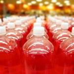 assemblagelijn fles rode vloeistof rijen lijnen — Stockfoto
