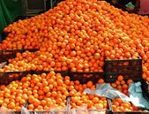 Orange tangerines mound in market vivid citrus — Stock Photo