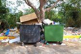 Sucia basura contenedores desordenado suciedad por todas partes — Foto de Stock