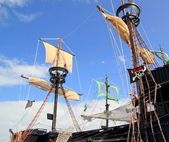 Pirates boats mast sailboat poles over blue sky — Stock Photo