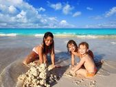 Three little girls mixed ethnicity playing beach — Zdjęcie stockowe