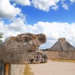 Chichen Itza Jaguar and Kukulkan Mayan temple pyramid — Stock Photo