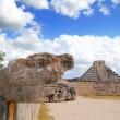 Chichen Itza Jaguar and Kukulkan Mayan temple pyramid — Stock Photo