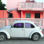 Caribbean pink house tropical retro car facade — Stock Photo