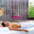 Cranial sacral massage therapy in Jungle cabin - Stockfoto