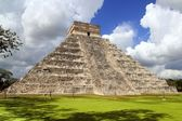 Ancient Chichen Itza Mayan pyramid temple Mexico — Stock Photo