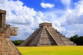 Chichen Itza snake and Kukulkan Mayan pyramid — Stock Photo