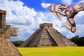 Ancient Kukulcan Mayan temple chichen itza snake — Stock Photo