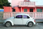 Caribbean pink house tropical retro car facade — Stock Photo