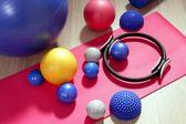 Bälle pilates toning stabilität-ring-walze-yoga-matte — Stockfoto