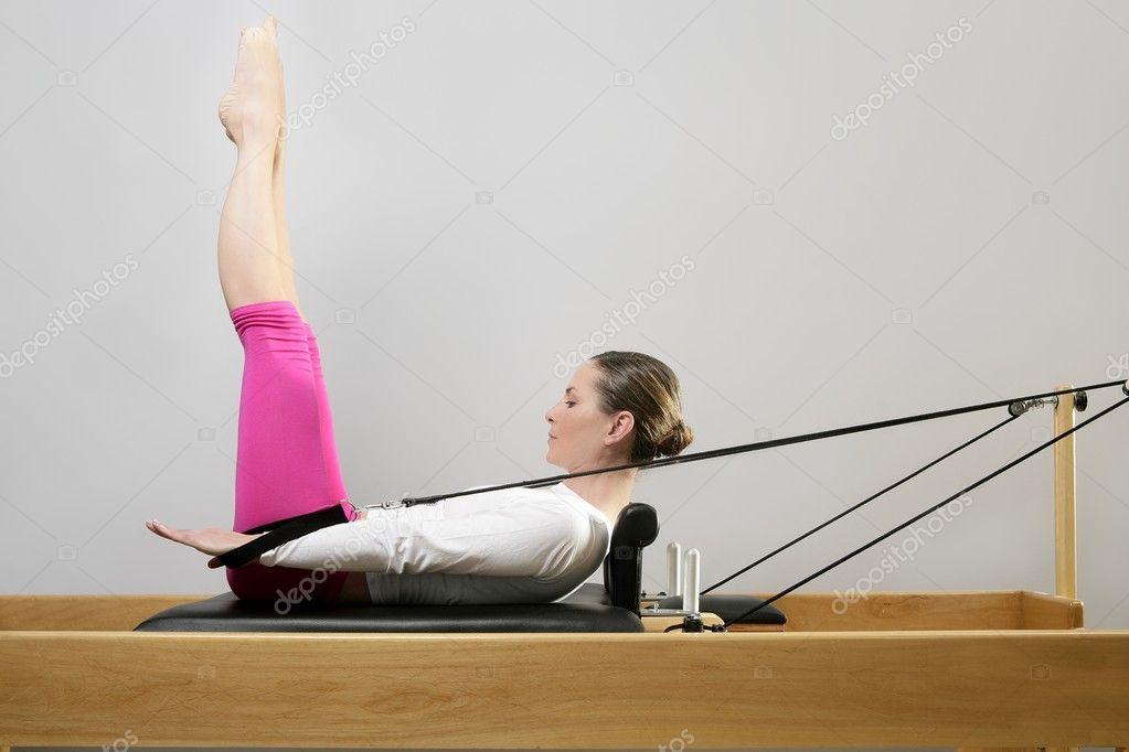 femme de gym pilates stretching sport au lit r formateur photographie lunamarina 5283754. Black Bedroom Furniture Sets. Home Design Ideas