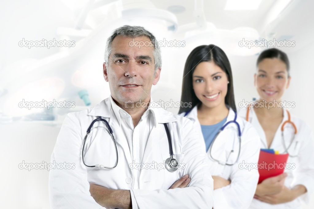 Doctor senior expertise gray hair two nurses white hospital — Stock Photo #5309290