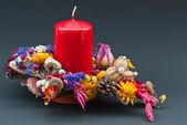Dekoration av torra blommor med ett rött ljus — Stockfoto