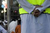 Händerna hålla muslimska pärlor — Stockfoto