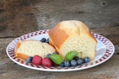 Pund kaka med färsk frukt — Stockfoto