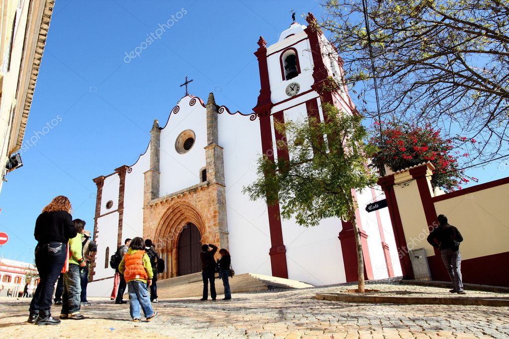 Many tourists photograph the church at Silves on Portugal. — Stock Photo #5227618