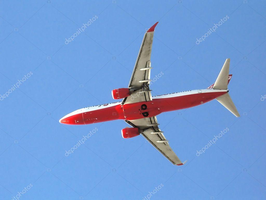 商用飞机起飞上蓝天– 图库图片