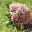 Flowers bouquet in grass — Stockfoto