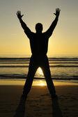 Człowiek modli się o zachodzie słońca — Zdjęcie stockowe