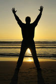 Man bidden bij zonsondergang — Stockfoto