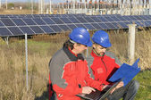 инженеры в панели солнечных батарей станции — Стоковое фото