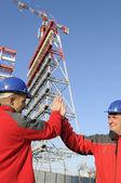 Ingenjörer i en industriell plats — Stockfoto