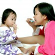 Little girls learn to brush her teeth with her mother — Stok fotoğraf
