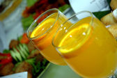 Two glasses of orange juice — Stockfoto