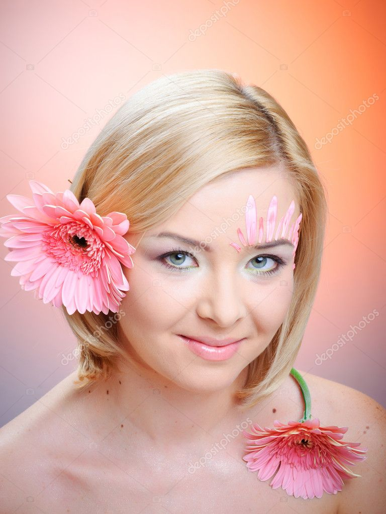 Close-up of woman green eye. Pink flower on background. — Stock Photo #5286056