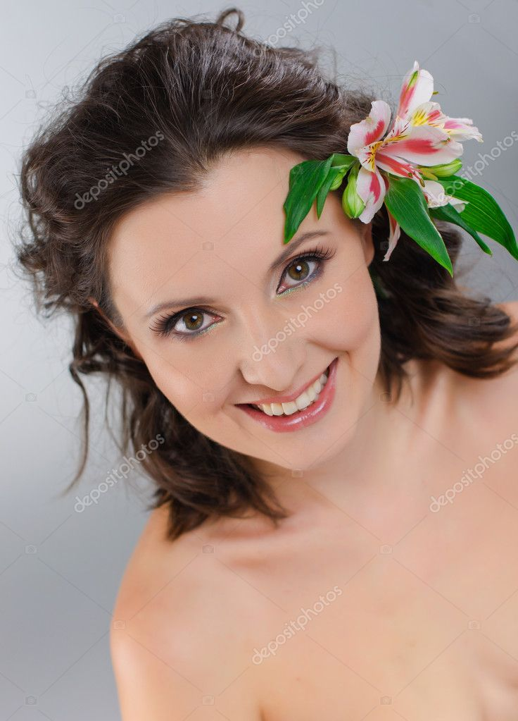 Close-up of woman green eye with Pink flowers — Stock Photo #5362665