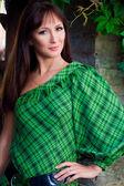 年轻漂亮的女人穿着绿色 — 图库照片