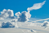 White fluffy clouds in the blue sky — Stockfoto