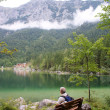 Hiker at lake Hintersee in Bavaria — Stock Photo