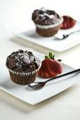 čokoládové muffiny s jahodami — Stock fotografie