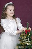 女孩装饰快乐圣诞树 — 图库照片