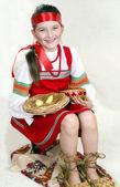 民族服装的俄罗斯姑娘和大麻鞋 — 图库照片