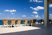 The row of free wicker chairs — Stock Photo